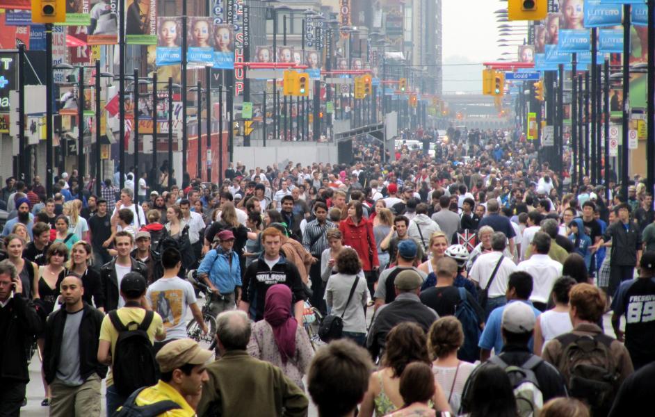 Straßenszene mit vielen Menschen