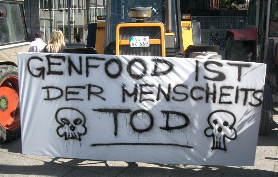 """Banner mit der Aufschrift Genfood ist der Menschheit Tod"""""""