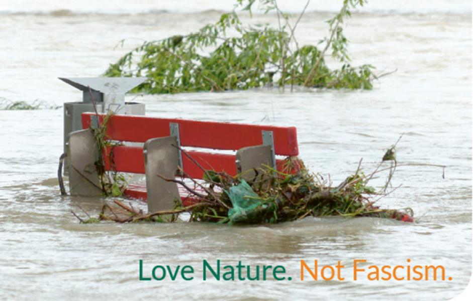 Parkbank halb im Hochwasser versunken
