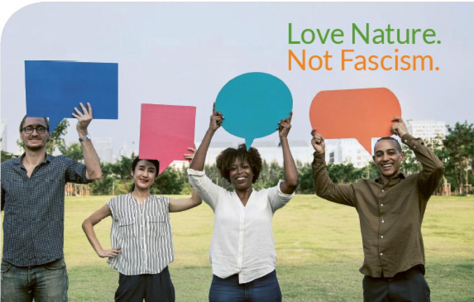 Vier Menschen halten leere Schilder in verschiedenen Farben in die Luft