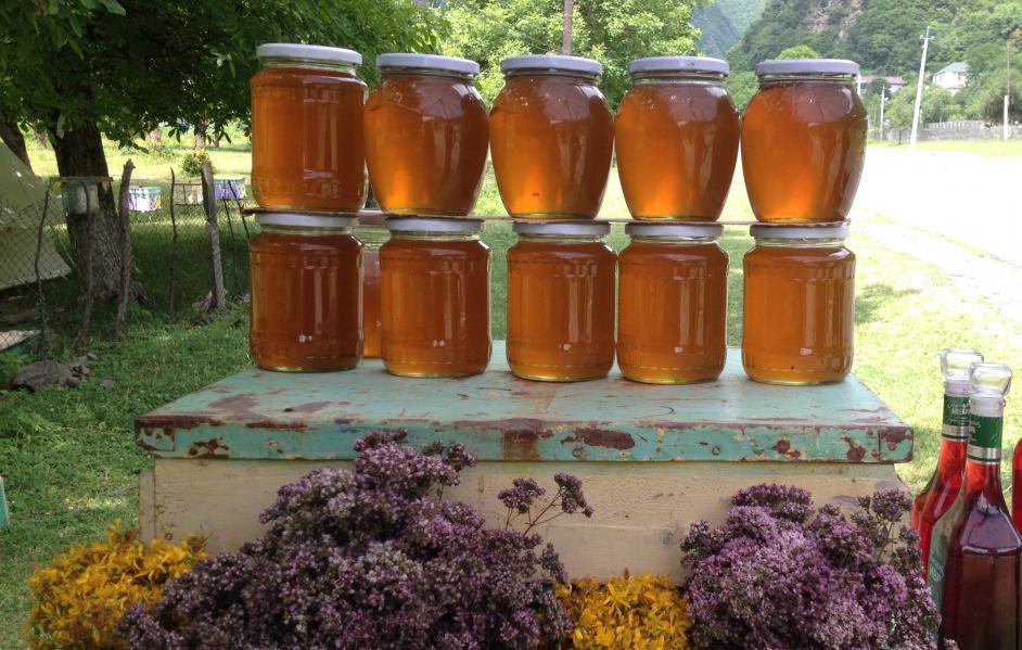Verkaufsstand mit Honig und Blumen
