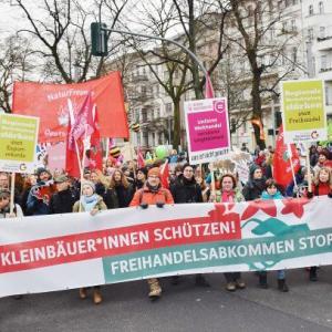 """Foto von der """"Wir haben es satt""""-Demo 2018 mit Frontbanner und demonstrierenden Menschen"""