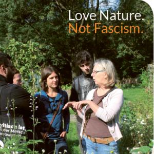 5 Menschen im Gespräch, im Freien umgeben von Pflanzen