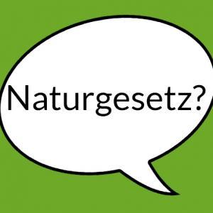 """Weiße Sprechblase auf grünem Grund mit der Aufschrift """"Naturgesetz?"""""""