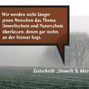 """Feld und Bäume im Nebel mit Zitat aus """"Umwelt & Aktiv"""": """"Wir werden nicht länger jenen Menschen das Thema Umweltschutz und Naturschutz überlassen, denen garnichts an der Heimat liegt."""""""