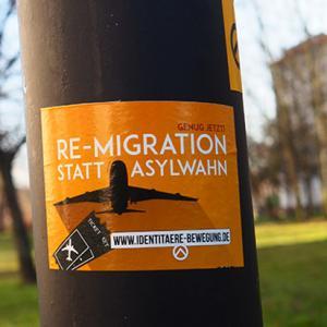 """Aufkleber der Identitären Bewegung mit der Aufschrft """"Re-Migration statt Asylwahn"""""""